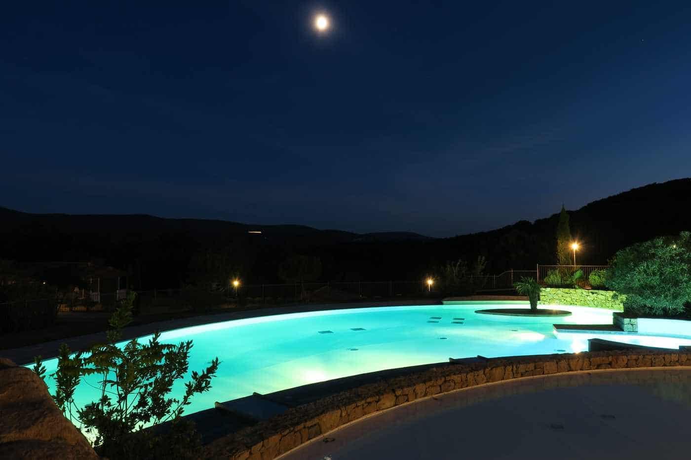 vue nuit du bassin de la piscine du camping en Ardèche
